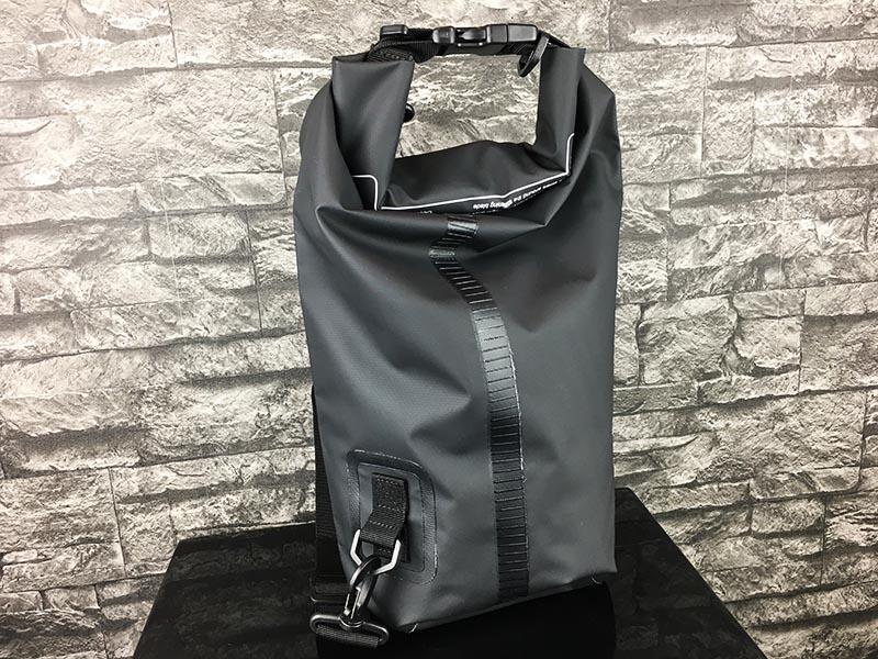 Dry Bag Test - wasserdichter Packsack DoYourOutdoor 10 Liter Schwarz Gesamtansicht hinten