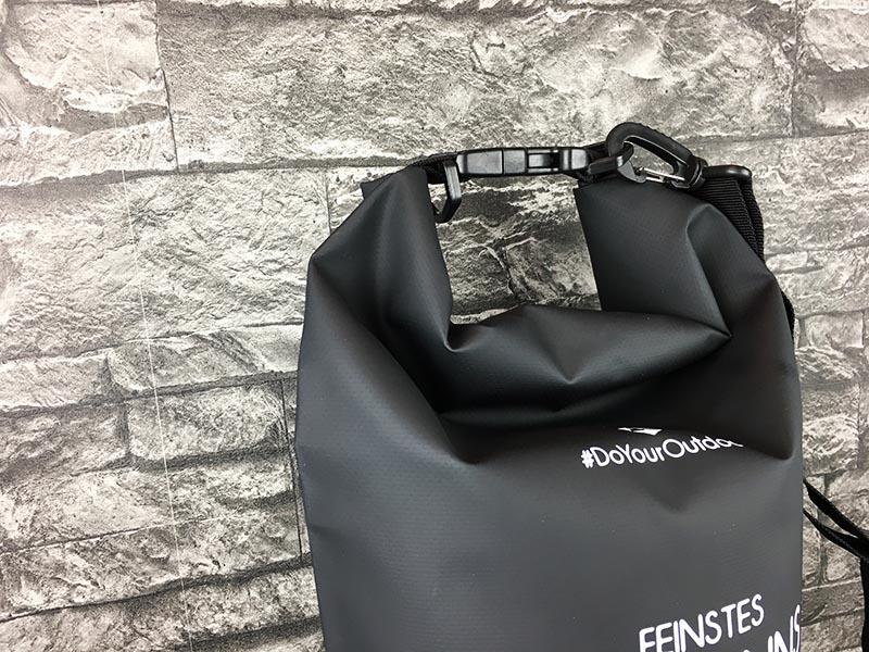 Dry Bag Test - wasserdichter Packsack DoYourOutdoor 10 Liter Schwarz Verbindung oben