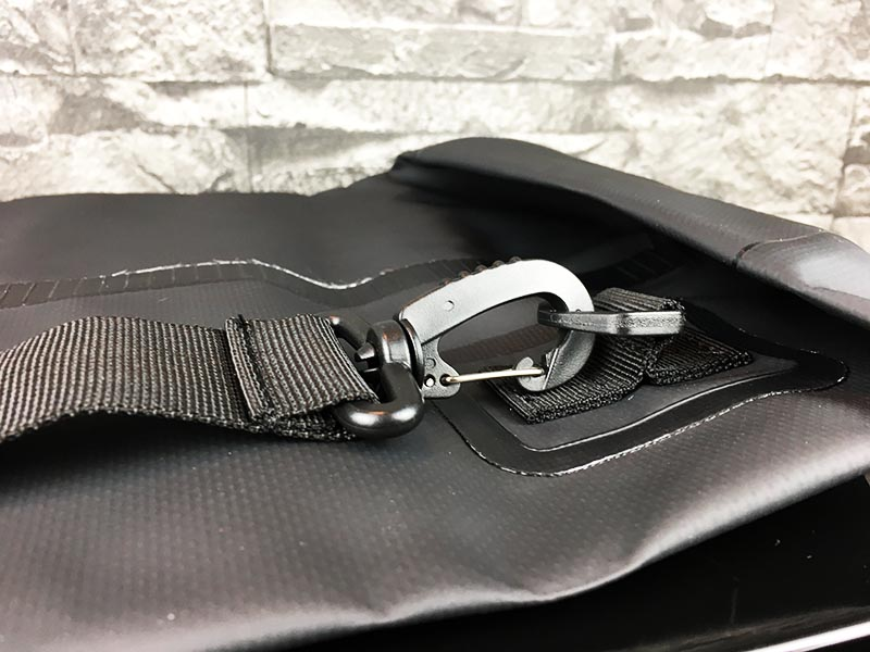 Dry Bag Test - wasserdichter Packsack DoYourOutdoor 10 Liter Schwarz Verbindungselement festgeschnallt