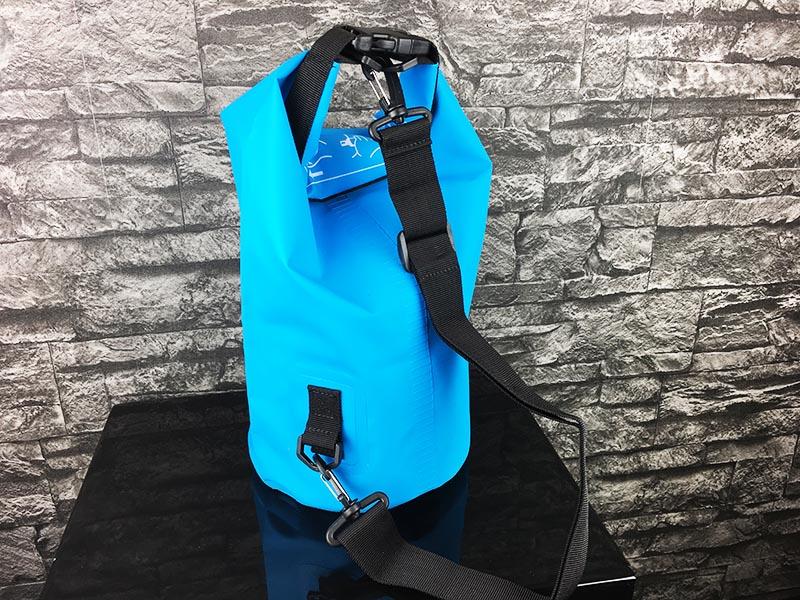 Dry Bag Test - wasserdichter Packsack DoYourOutdoor 5 Liter blau Gesamtansicht hinten