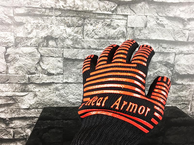 Grillhandschuhe Test Heat Armor Schwarz Rot angezogen